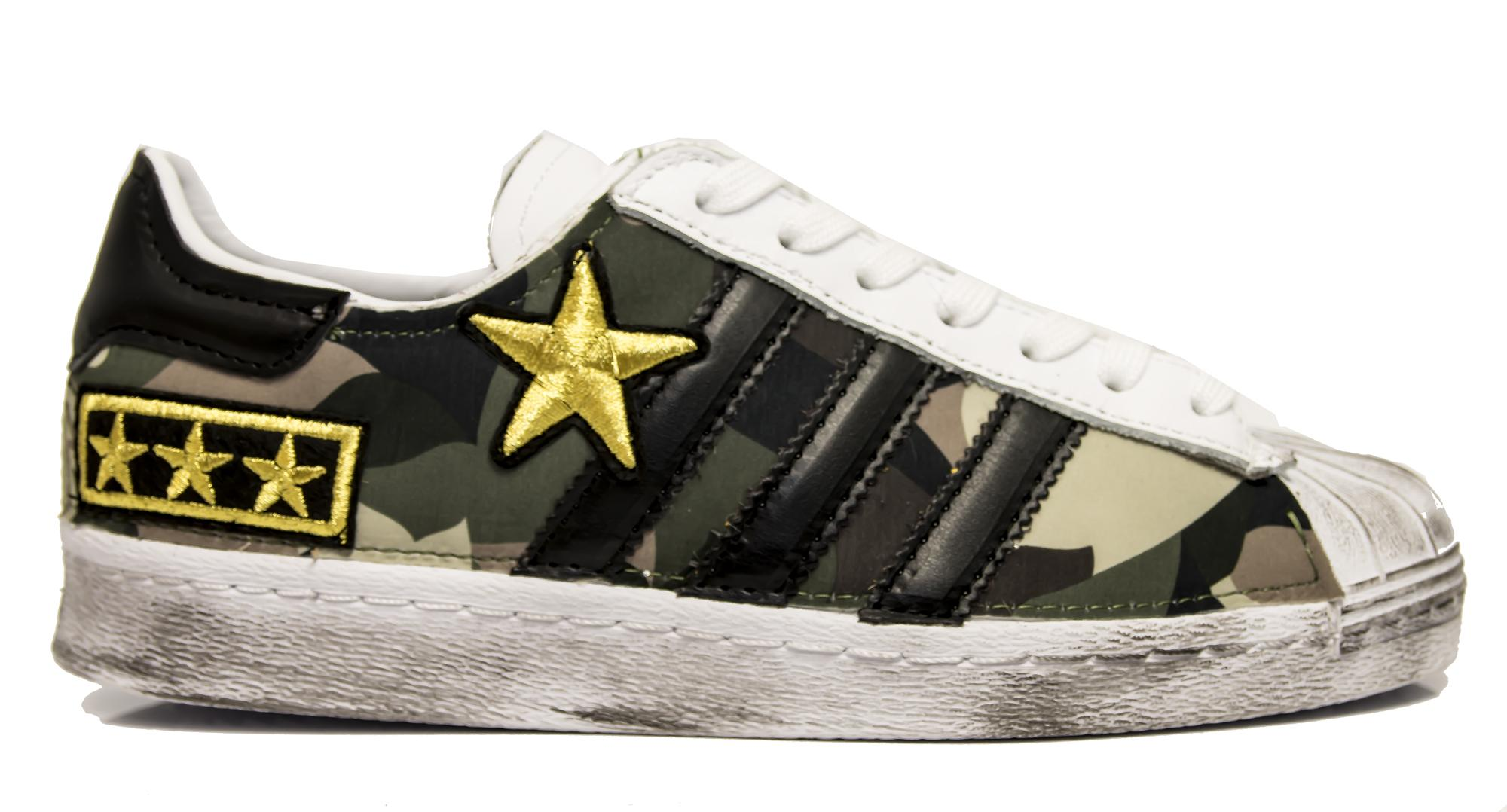 24a4e02e2f745 Sneakers Adidas Superstar MILITARY personalizzate in tessuto camouflage e  patch